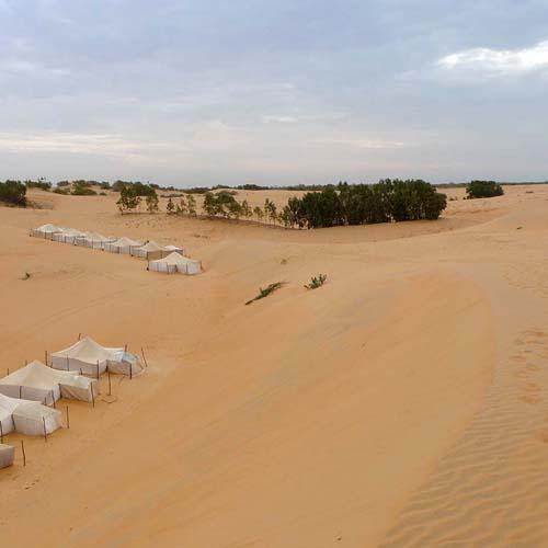 Vue sur le campement du désert de lompoul au Sénégal